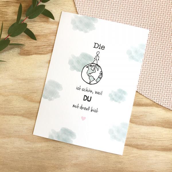 """Postkarte """"Die Welt ist schön, weil du mit drauf bist"""""""